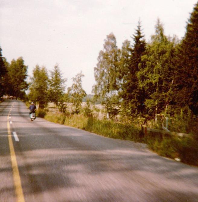 Minä ja Vespa Espoossa Fiinnoontiellä, matkalla kohti Espoon keskusta, vuonna kilpi ja miekka.